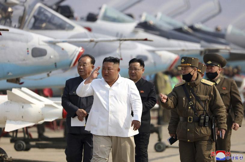 Przywódca Korei Płn. podczas niedawnej inspekcji sił zbrojnych /orean Central News Agency/Korea News Service/AP /East News