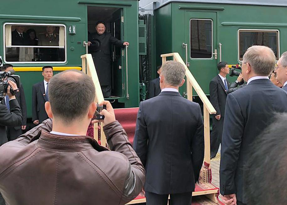 Przywódca Korei Płn. witany na rosyjskiej granicy w mieście Chasan. /YONHAP   /PAP/EPA
