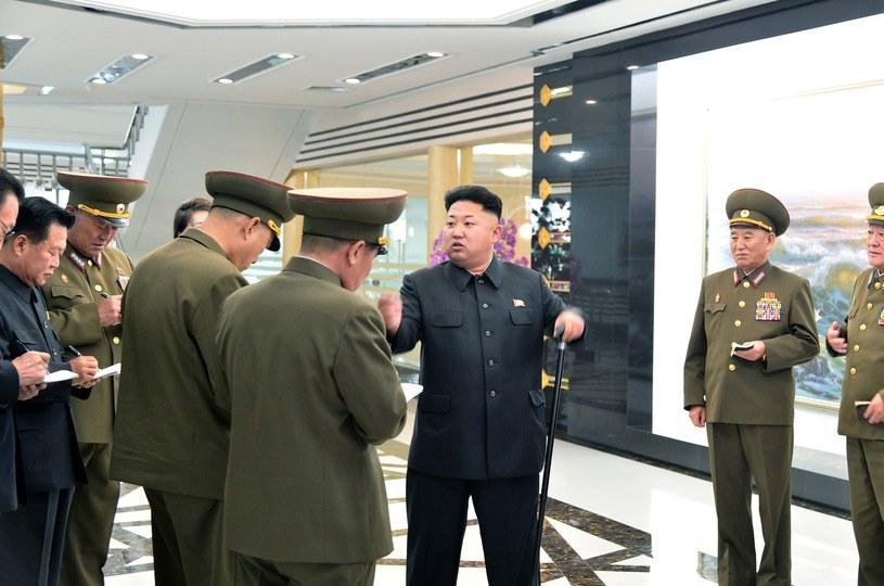 Przywódca Korei Płn. zna się na wszystkim - podczas wizyty w jednostce wojskowej Kim Dzong Un udzielał niezbędnych wskazówek dotyczących wyglądu stołówki dla personelu wojskowego /AFP