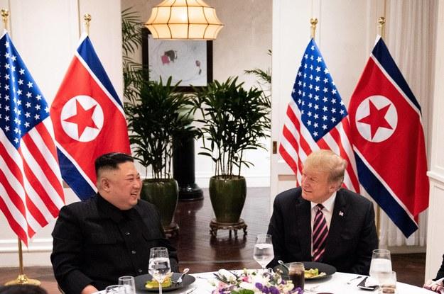 Przywódca Korei Północnej Kim Dzong Un i prezydent USA Donald Trump podczas spotkania w Hanoi /SHEALAH CRAIGHEAD /PAP/Newscom
