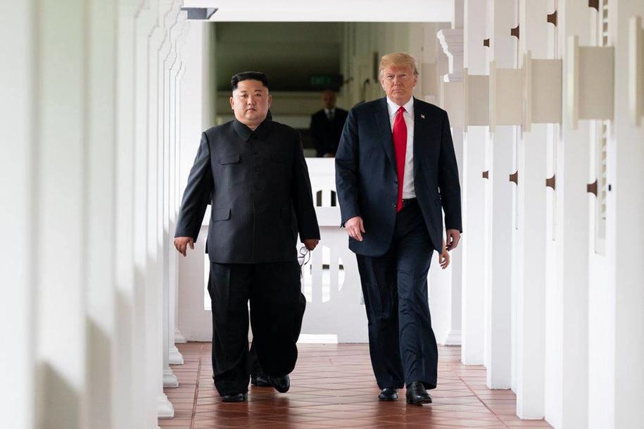 Przywódca Korei Północnej Kim Dzong Un i prezydenta USA Donald Trump w czasie historycznego spotkania w Singapurze, 12 czerwca 2018 /Shealah Craighead/UPI Photo/Newscom /PAP