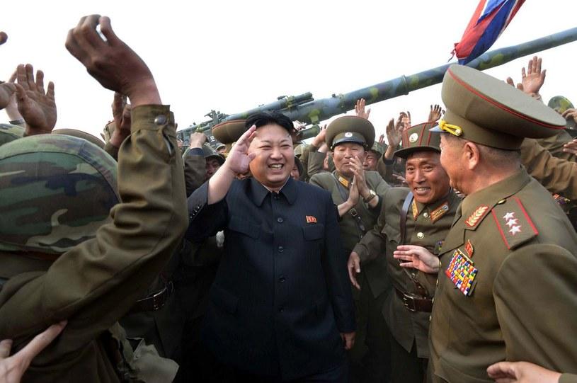 Przywódca Korei Północnej Kim Dzong Un podczas jednej z inspekcji obiektów wojskowych /AFP