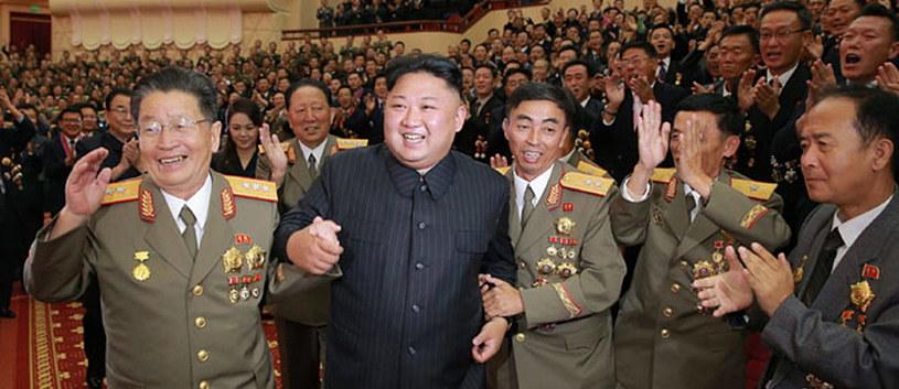 Przywódca Korei Północnej Kim Dzong Un wraz wojskowymi /KCNA/Newscom /PAP/EPA