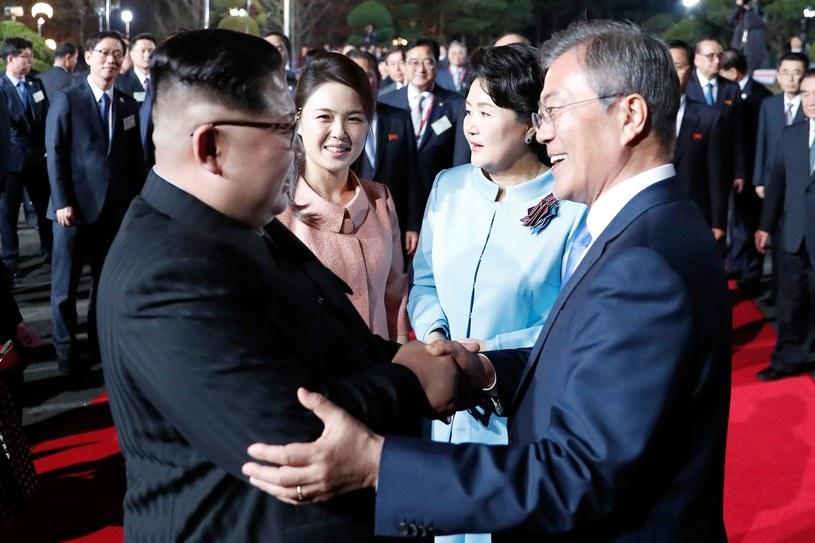 Przywódcy Korei Płn. i Pd. - Kim Dzong Un i Mun Dze In /AFP