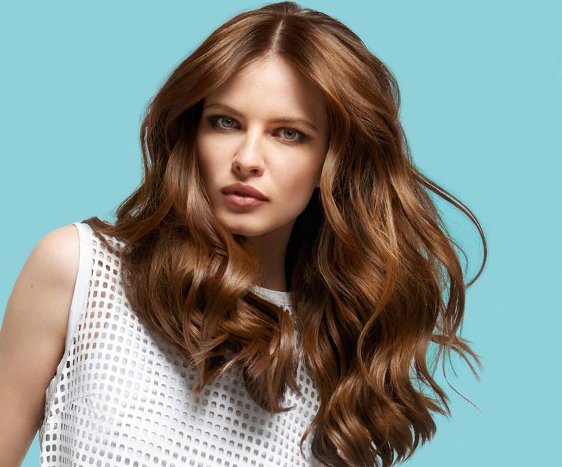 Przywracanie włosom blasku i zdrowia zacznij od wizyty u dobrego fryzjera, który podetnie najbardziej zniszczone partie włosów i pomoże ci zdiagnozować ich największe problemy /INTERIA.PL