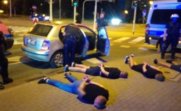 Pseudokibice potrącili policjantów. Pięć osób zatrzymanych