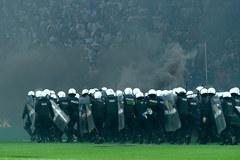 Pseudokibice przerwali mecz w Poznaniu