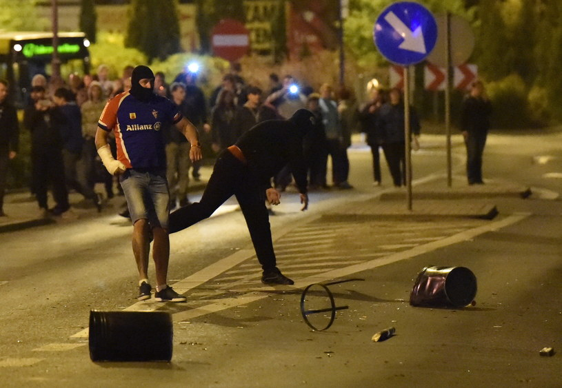 Pseudokibice rzucają niebezpiecznymi przedmiotami w kierunku policji /Jacek Bednarczyk /PAP