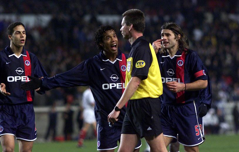 PSG (Paris Saint-Germain) w 2001 roku znaleźli się daleko od Ligi Mistrzów. Ronaldinho i Mauricio Pochettino obok sędziego /SNS GROUP / GETTY IMAGES /Getty Images