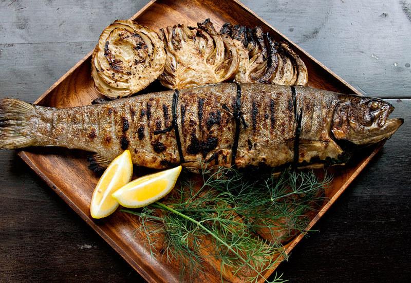 Pstrąg jest znakomitą opcją na lekkie mięso z rusztu /123RF/PICSEL