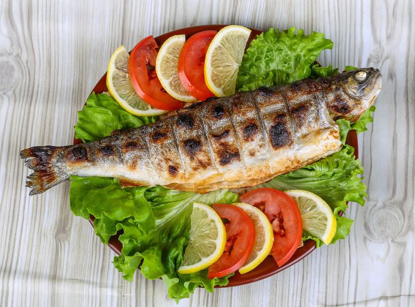 Pstrąg to pyszna słodkowodna ryba, która świetnie nadaje się na grilla /123RF/PICSEL