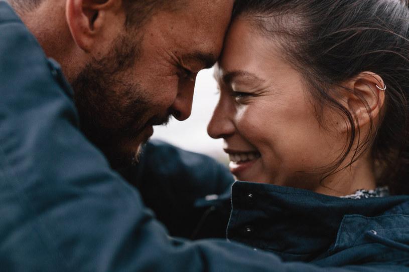 Psycholodzy zauważają, że szczególnie my, kobiety, mamy skłonność wywierania na partnera wpływu, by zmieniał się w kierunku, który obrałyśmy my same /123RF/PICSEL