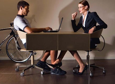 Psychologowie dawno udowodnili, że osobom atrakcyjnym fizycznie przypisujemy inne pozytywne cechy /Men's Health