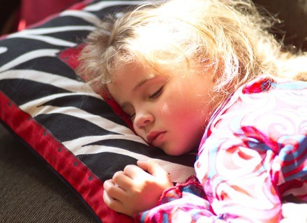Psychologowie nie pochwalają pomysłu zostawiania dzieci na noc w przedszkolu /ThetaXstock