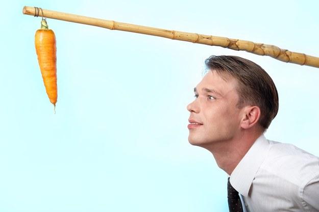 Psychologowie wyróżniają dwa rodzaje motywacji pracowników: pozytywną, wynikającą z chęci otrzymania nagrody (gratyfikacji pieniężnej bądź satysfakcji własnej z dobrze wykonanej pracy) i negatywną, której źródłem jest obawa przed karą /123RF/PICSEL
