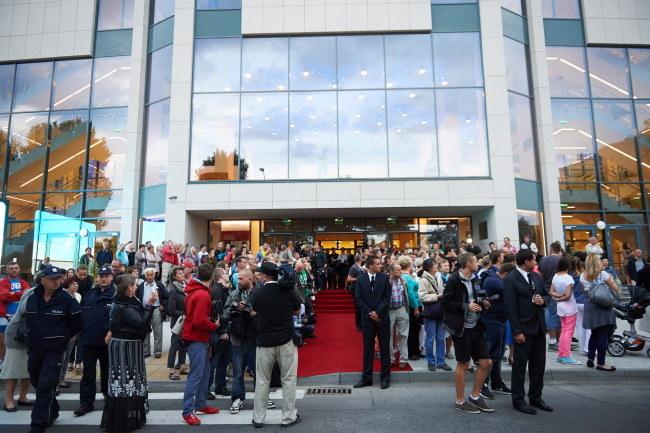 Publiczność festiwalowa zgromadzona przed wejściem na galę otwierającą 38. Festiwal Polskich Filmów Fabularnych. /Adam Warżawa /PAP