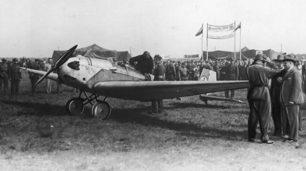 Publiczność na lotnisku Ławica w czasie zawodów awionetek. Zdjęcie z 1929 roku /Z archiwum Narodowego Archiwum Cyfrowego