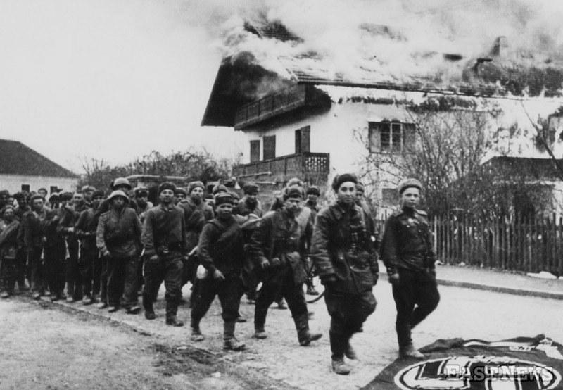 Publikacja zbioru dokumentów dotycząca relacji Armii Czerwonej i polskiego podziemia niepodległościowego ma być gotowa w 2015 roku. Na zdjęciu żołnierze Armii Czerwonej /Laski Diffusion /East News