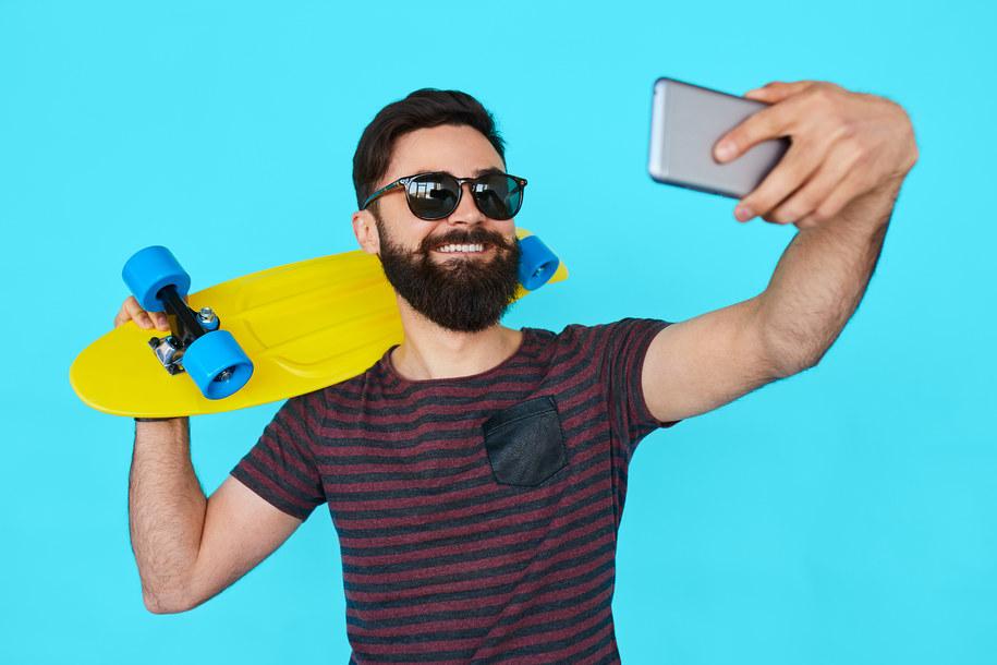 Publikowanie licznych selfies nasila objawy narcyzmu /Swansea University /Materiały prasowe