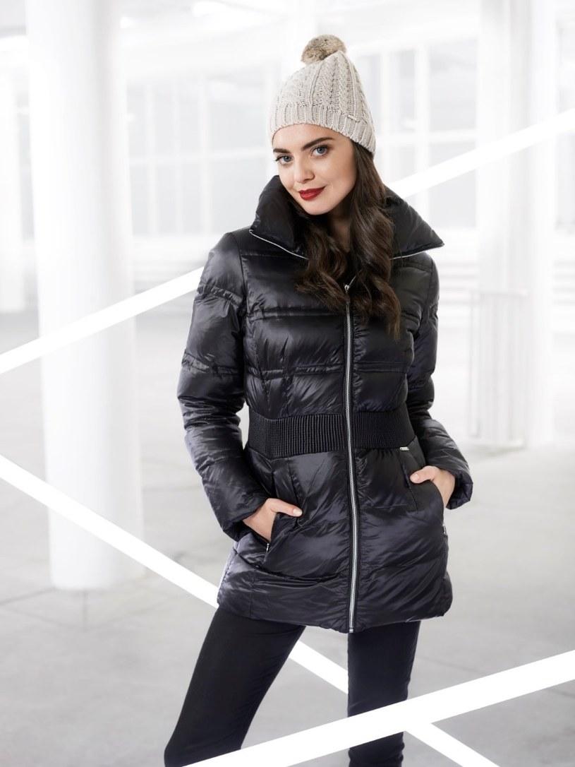 Puchowe, luźne kurtki to hit tej zimy /materiały prasowe