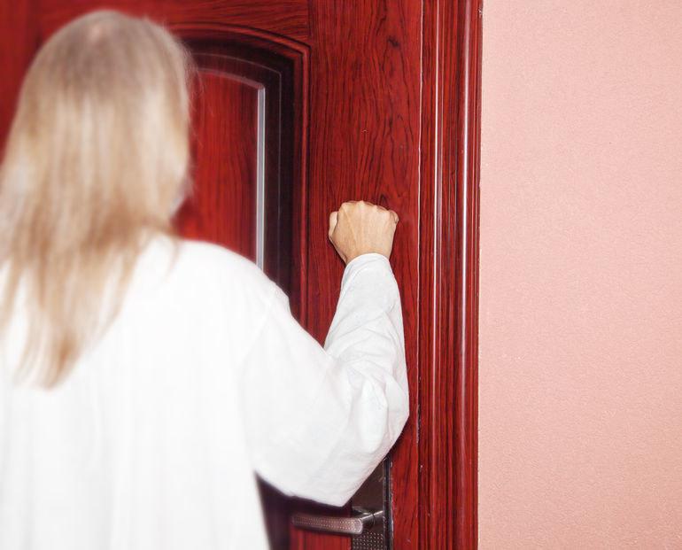 Pukanie do drzwi to sygnał do psa, aby zaalarmować domowników /123RF/PICSEL