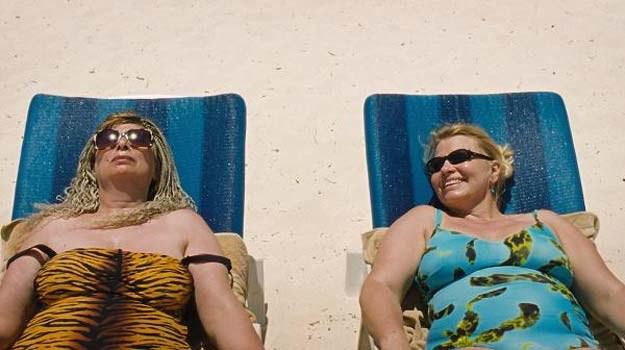 Pułapka seksturystyki: Panie leżą na plaży, panowie paradują przed nimi pokazując swoje wdzięki /materiały dystrybutora