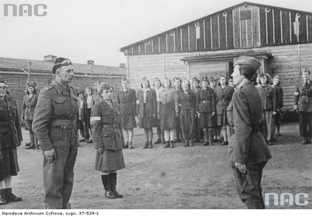 Pułkownik Stanisław Koszutski przyjmuje raport od polskich żołnierek uwolnionych z obozu Oberlangen. 12 kwietnia 1945 r. /Z archiwum Narodowego Archiwum Cyfrowego