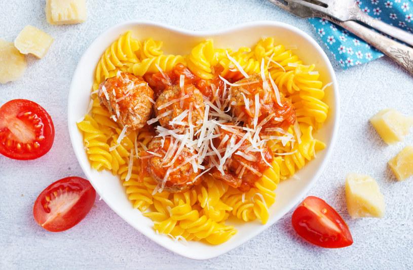 Pulpety będą lepsze, jeśli do masy dodasz pokrojony żółty ser albo usmażone plasterki pieczarek. /123RF/PICSEL