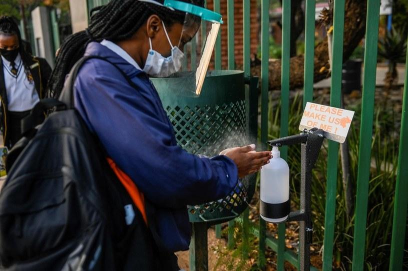 Punkt dezynfekcjo rąk przed szkołą w RPA /CHRISTIAAN KOTZE /AFP