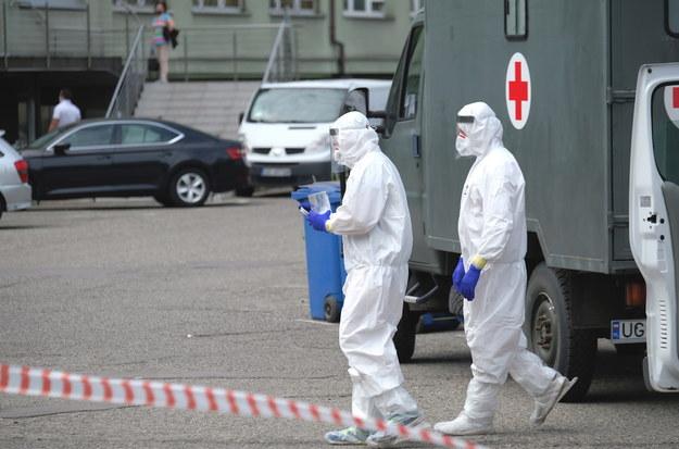 Punkt pobierania próbek do badań na obecność koronawirusa, przy kopalni Murcki-Staszic w Katowicach / Andrzej Grygiel    /PAP