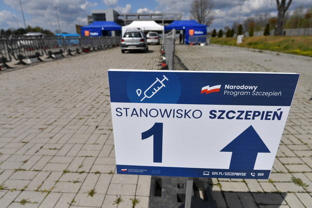 Punkt szczepień drive-thru przeciw Covid-19 w pobliżu szpitala tymczasowego na terenie Targów Kielce / Piotr Polak    /PAP