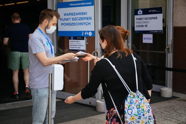 Punkt szczepień przeciw Covid.-19 na stadionie Legii w Warszawie.To jeden z prowadzonych przez władze stolicy punktów, w których w czerwcowy długi weekend można zaszczepić się bez konieczności wcześniejszego rejestrowania się i zapisów /Albert Zawada /PAP