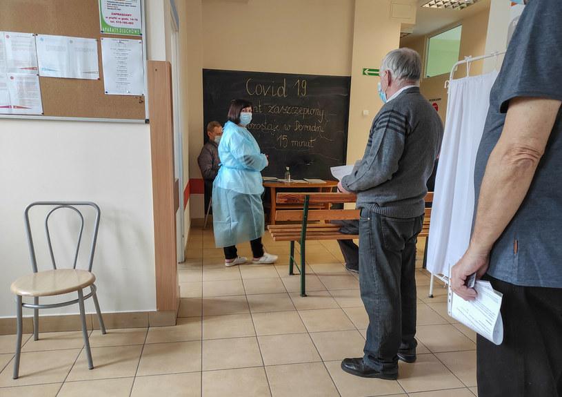 Punkt szczepień przeciwko COVID-19 w Brzezinach (woj. łódzkie) /Piotr Kamionka /East News