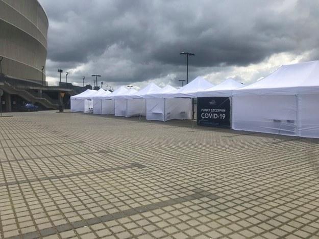 Punkt szczepień typu drive-thru na Stadionie we Wrocławiu /Paweł Pyclik /RMF FM