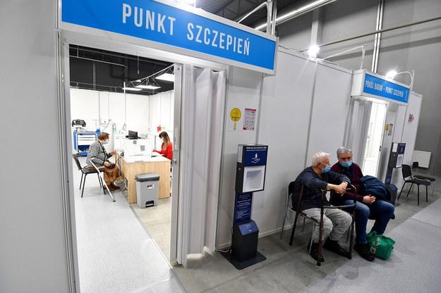 Punkt szczepień w Świętokrzyskim Szpitalu Tymczasowym w Kielcach / Piotr Polak    /PAP