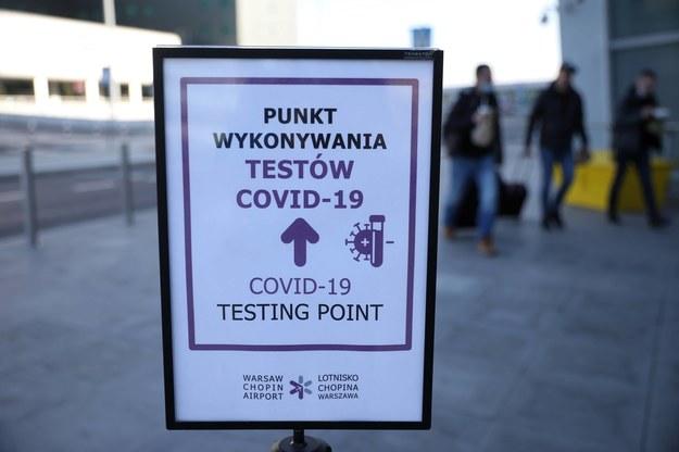 Punkt wykonywania testów na obecność koronawirusa na Lotnisku Chopina w Warszawie / Leszek Szymański    /PAP