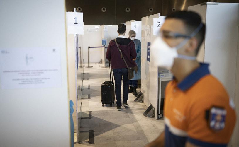 Punkt wykonywania testów na paryskim lotnisku /AFP