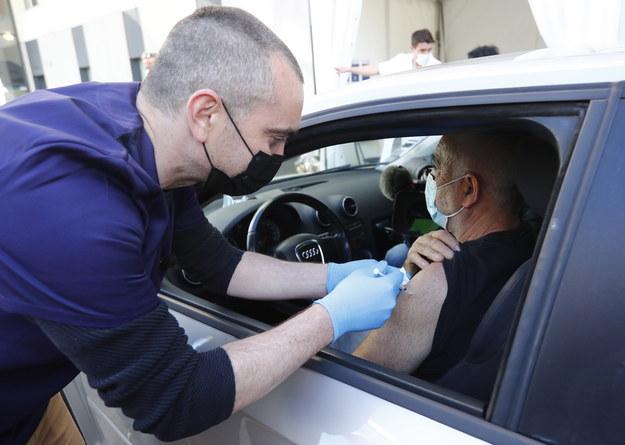 Punkty szczepień typu drive-thru działają już w Europie /GUILLAUME HORCAJUELO  /PAP/EPA
