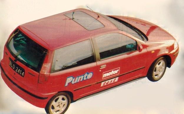 Punto GT występuje tylko w wersji trzydrzwiowej. Z zewnątrz różni się od pozostałych modeli dyskretnymi napisami na pokrywie bagażnika i listwach bocznych oraz szerokimi kołami z lekkiego stopu. Nawiasem mówiąc, jak to bywa w małych autach z dużymi kołami, promień zawracania wyraźnie się powiększył w porównaniu z wersjami podstawowymi. /Motor