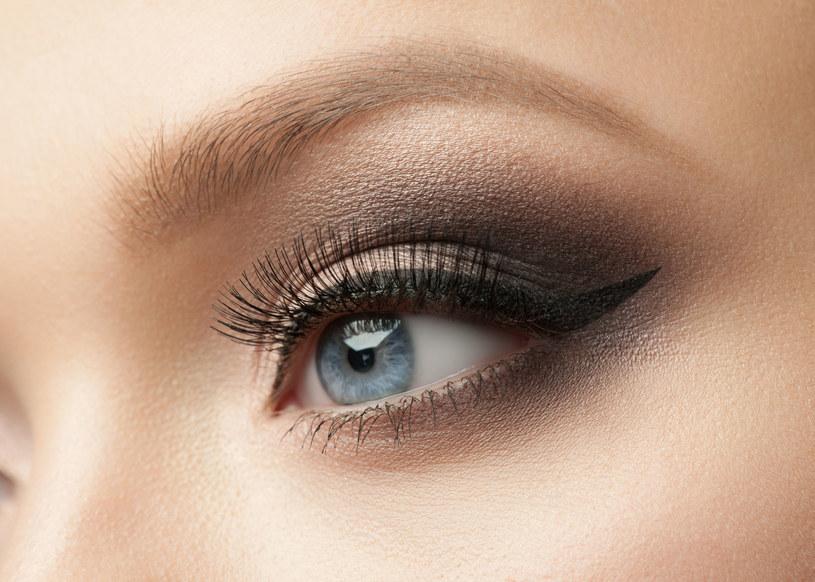 Purpura na powiekach to doskonała alternatywa dla dyskretnych brązów i klasycznej czerni /123RF/PICSEL