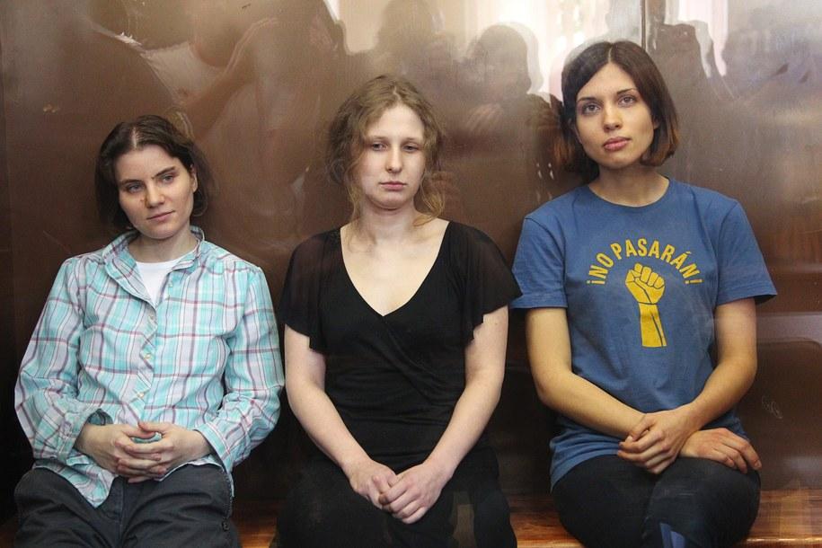 Pussy Riot w komplecie: Maria Alochina w środku /MAXIM SHIPENKOV    /PAP/EPA