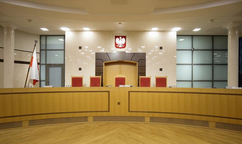 Pusta sala rozpraw Trybunału Konstytucyjnego w Warszawie /Paweł Supernak /PAP