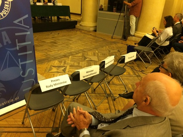 Puste krzesła dla prezydenta, premier, marszałków Sejmu i Senatu oraz ministra sprawiedliwości /Mariusz Piekarski, RMF FM /RMF FM
