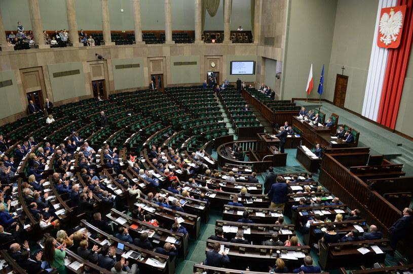 Puste ławy PiS oraz rządu, podczas wystąpienia lidera PO Grzegorza Schetyny w Sejmie /Jacek Turczyk /PAP