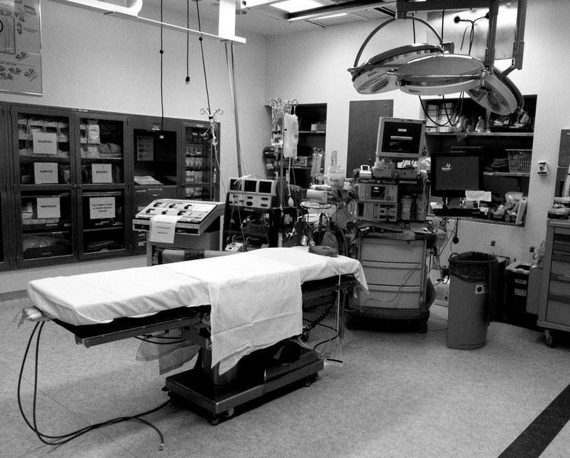 Puste łóżko reanimacyjne, zdjęcie ilustracyjne /DR BARRY SLAVEN/Science Photo Library /East News