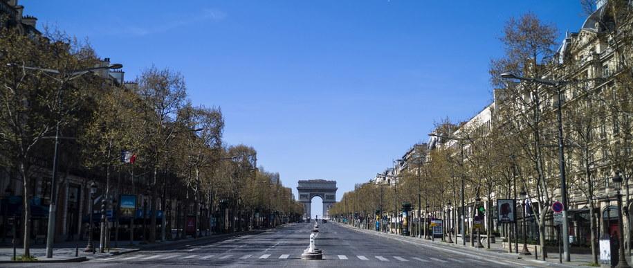 Puste Pola Elizejskie w Paryżu /YOAN VALAT  /PAP/EPA