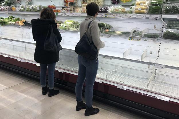 """Puste półki, pełne wózki, a nawet kilka kłótni, przy półkach o ostatnią butelkę wody -  tak wyglądała niedziela, kiedy na supermarkety w Mediolanie i Lombardii """"napadli"""" mieszkańcy /ANDREA CANALI /PAP/EPA"""
