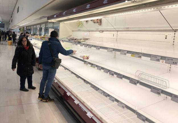 Puste półki sklepowe martwią mieszkańców północy Włoch /ANDREA CANALI /PAP/EPA