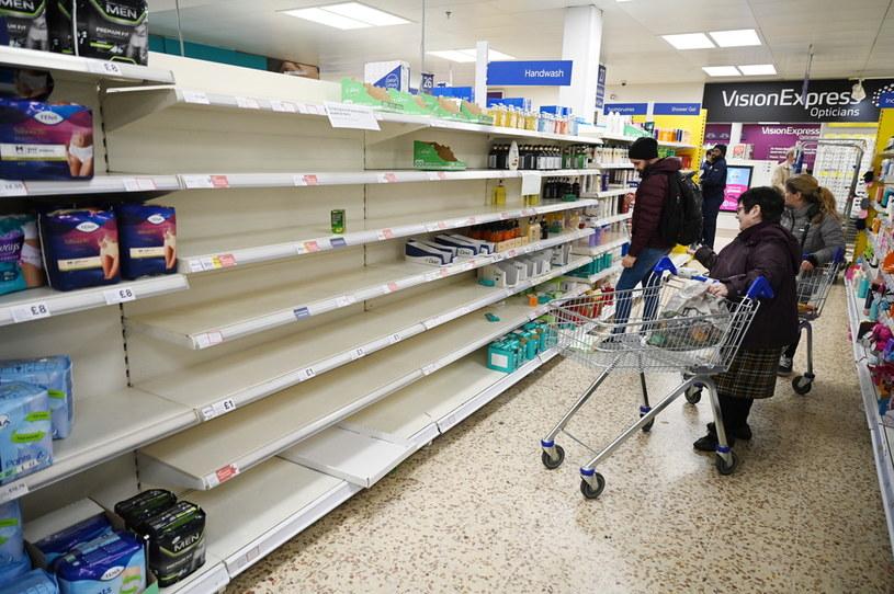 Puste półki w brytyjskich sklepach /NEIL HALL /PAP