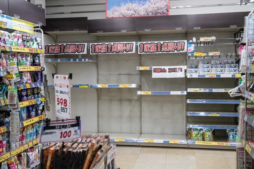 Puste półki w japońskim sklepie /Carl Court /Getty Images